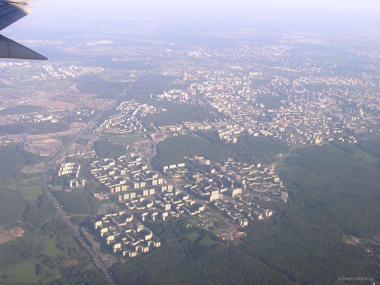 Вид на район Теплый Стан в Москве перед посадкой в аэропорту Внуково