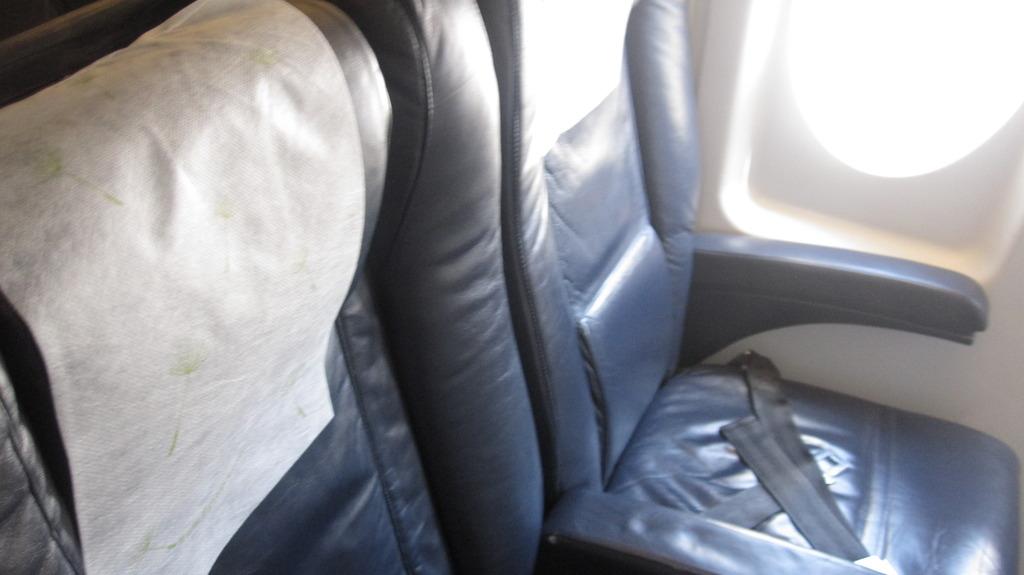 Кресла бизнес-класса в самолете Fokker-100 авиакомпании Portugalia Airlines
