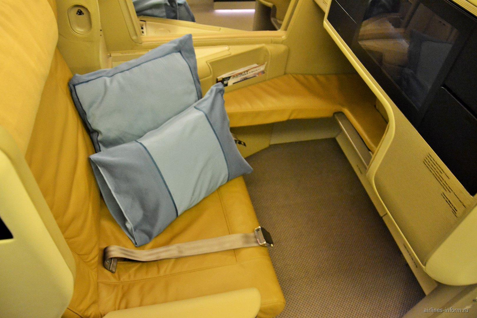 Кресло бизнес-класса в Боинге-777-300 Сингапурских авиалиний