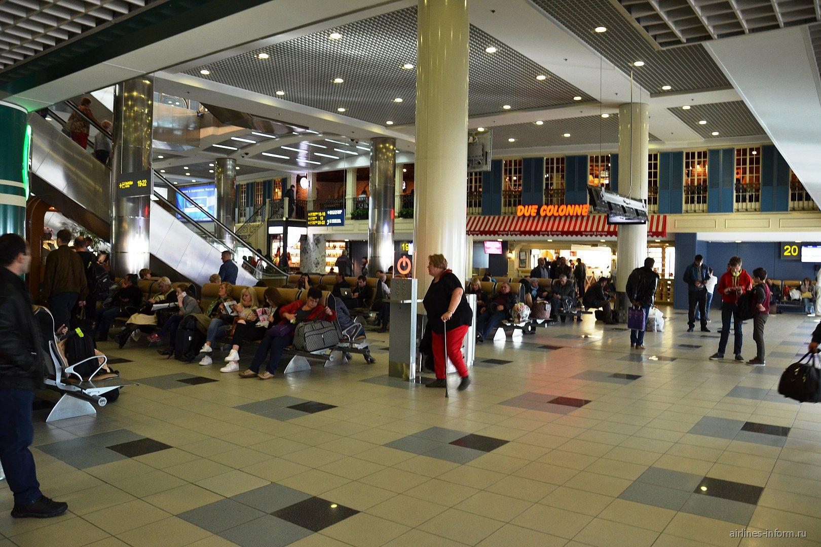 Зал ожидания перед выходами на посадку в аэропорту Домодедово