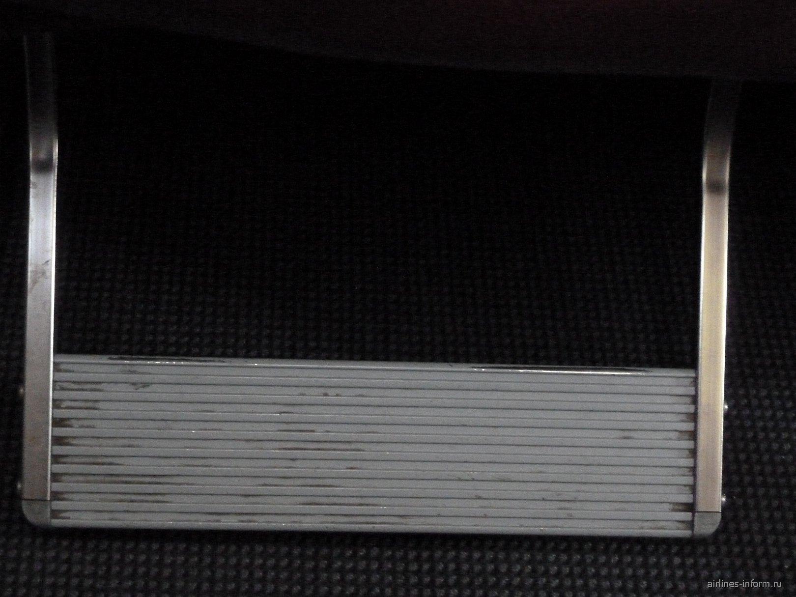 Подставка для ног в Боинге-737-800 авиакомпании ЮТэйр