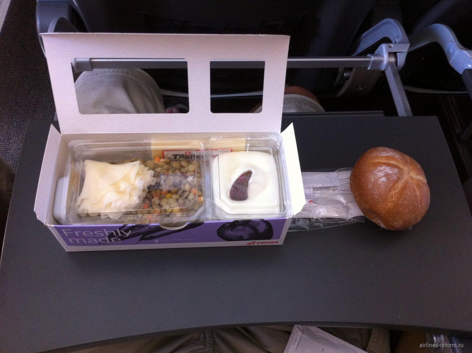 Холодное питание на рейсе Лиссабон-Цюрих авиакомпании SWISS