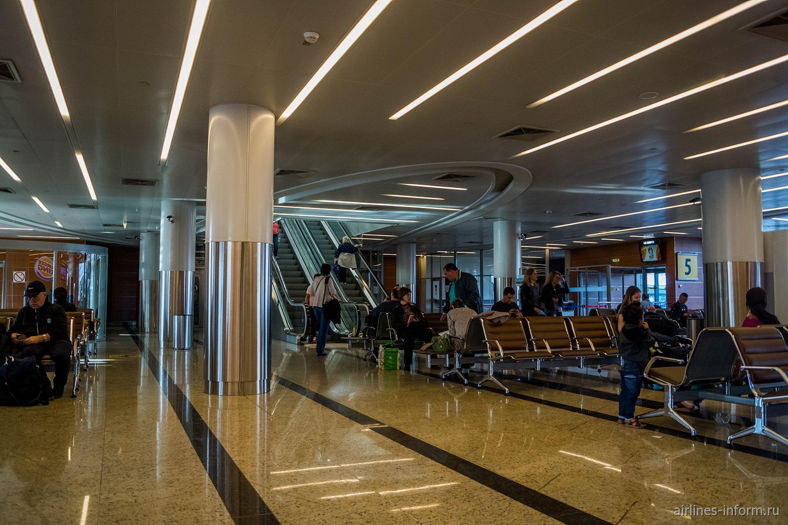 """Накопитель у """"автобусных"""" выходов на посадку в терминале D аэропорта Шереметьево"""
