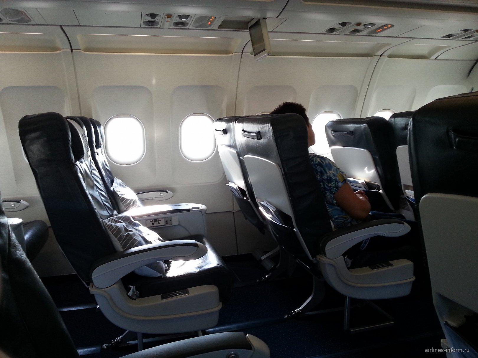 Салон бизнес-класса в самолете Airbus A321 авиакомпании Air Astana