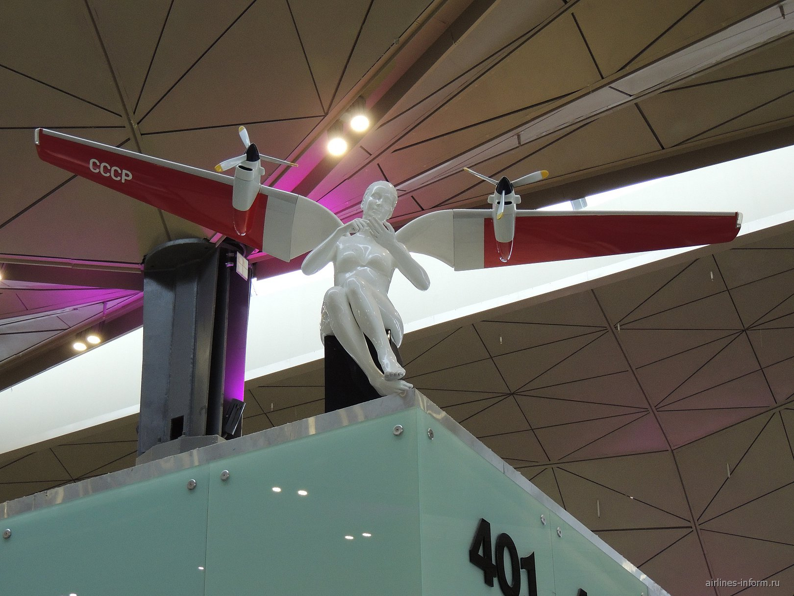 Скульптура сидящего ангела в новом терминале аэропорта Санкт-Петербург Пулково