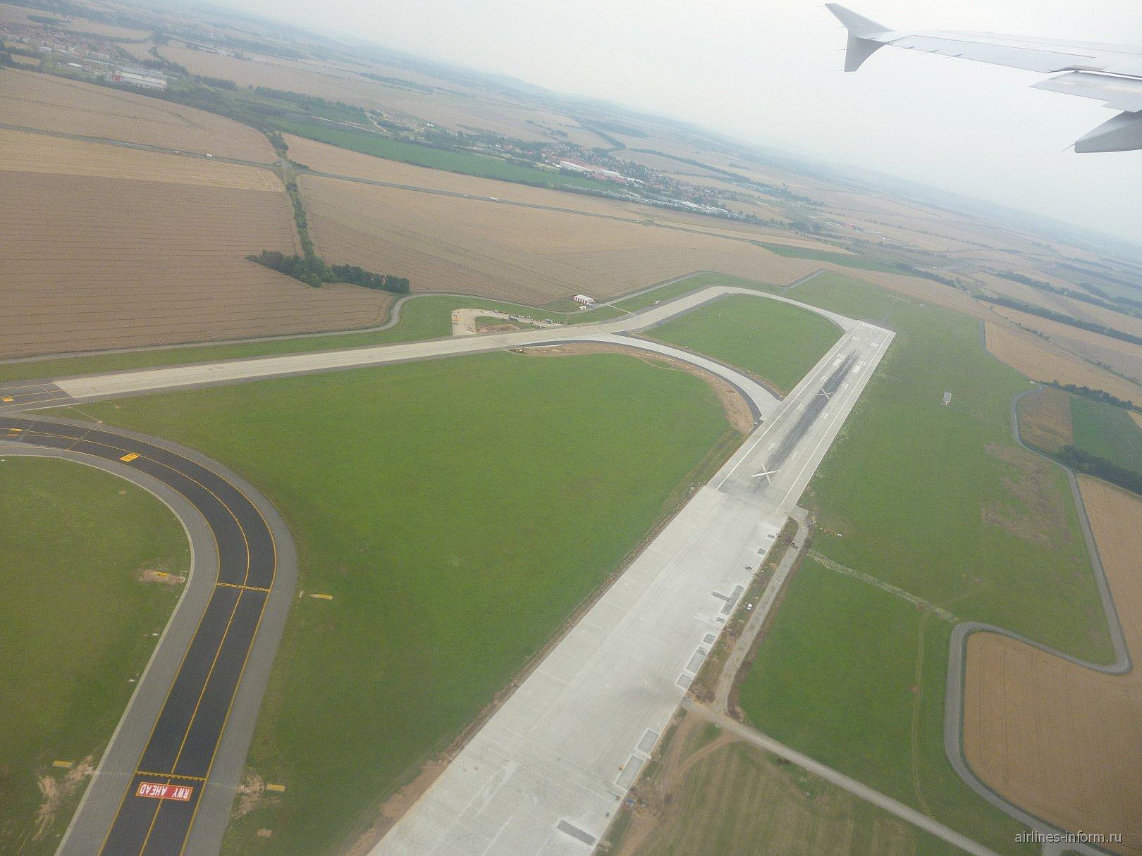 Взлет над второй ВПП аэропорта Праги