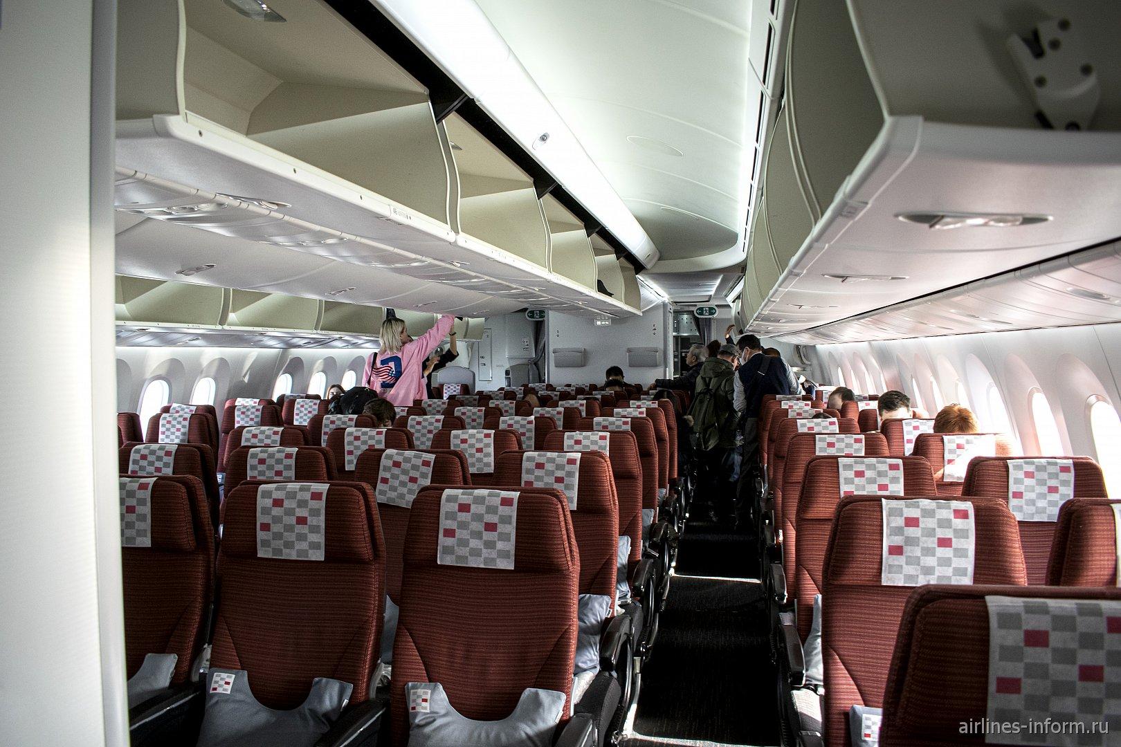 Пассажирский салон эконом-класса в Боинге-787-8 авиакомпании JAL