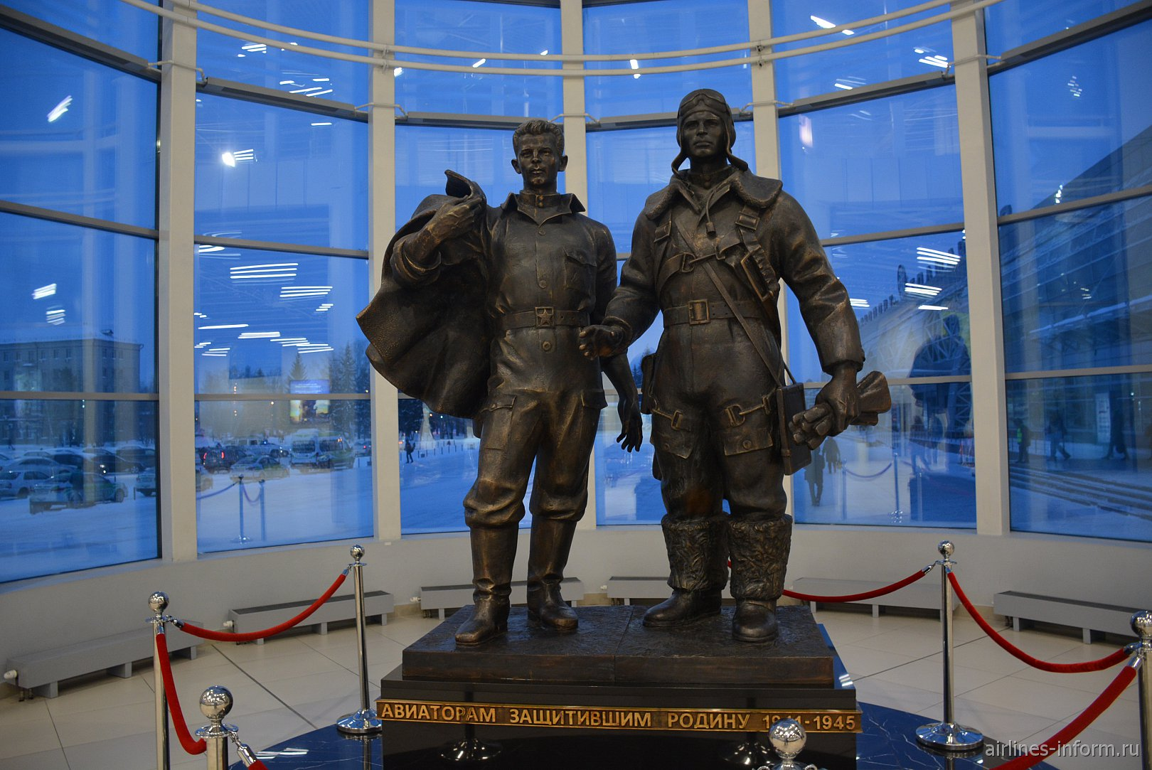 Памятник военным авиаторам в аэровокзале аэропорта Толмачево