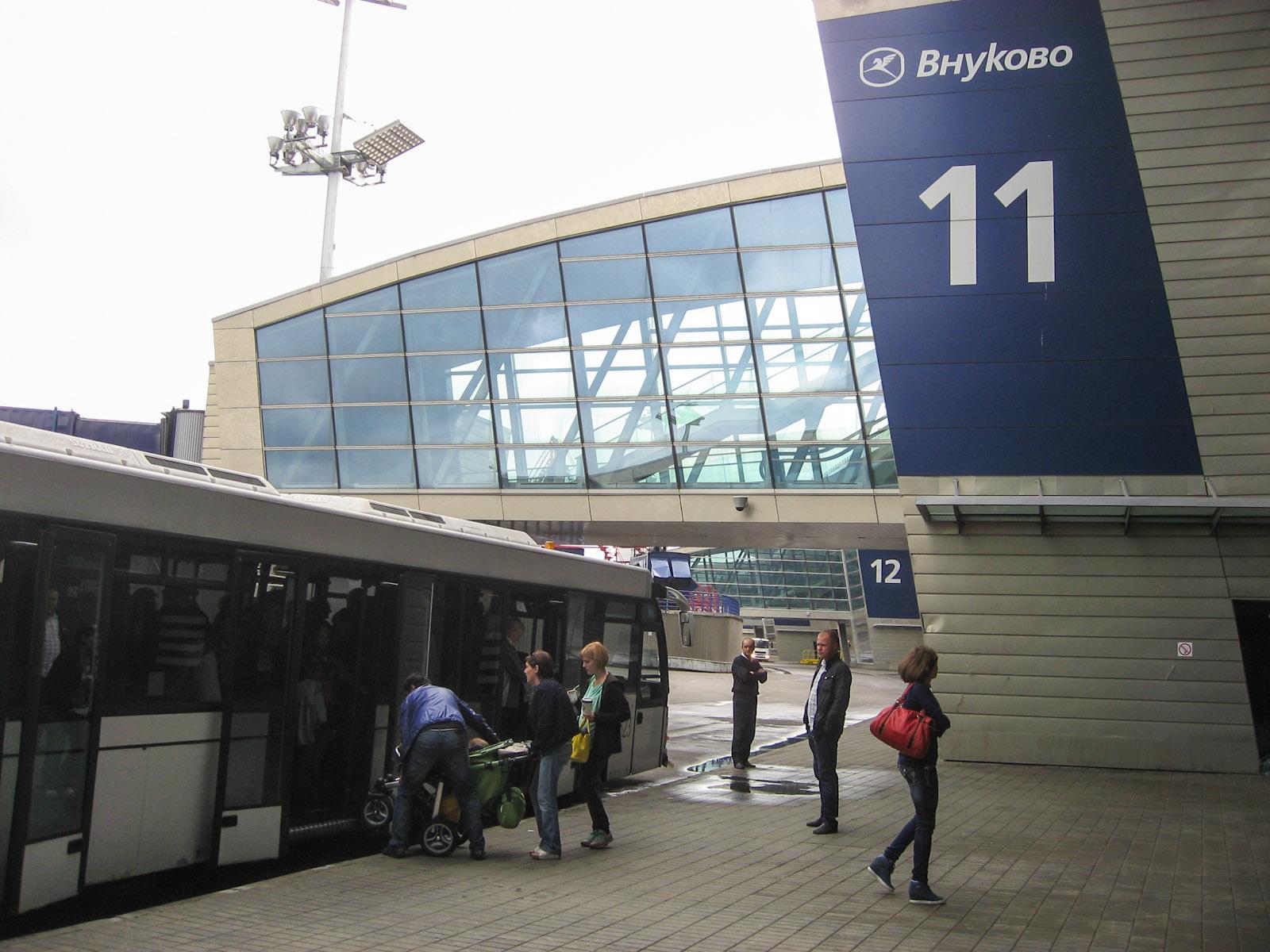 Посадка в автобус в аэропорту Внуково