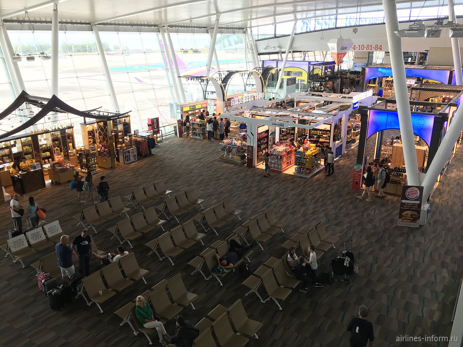 Места для ожидания посадки в международном терминале аэропорта Пхукет