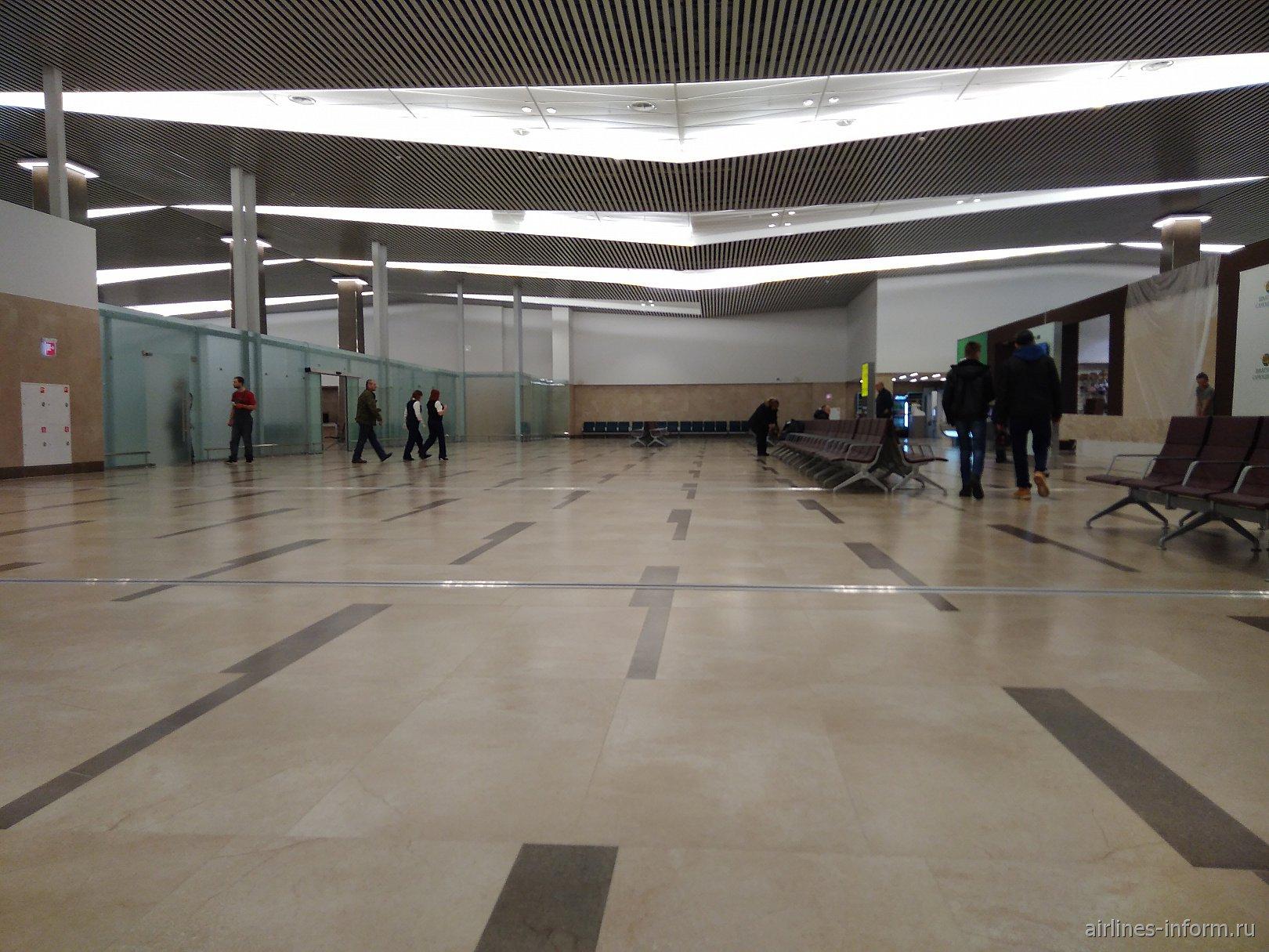 В чистой зоне нового терминала аэропорта Красноярск Емельяново