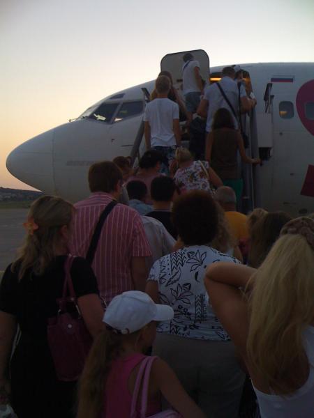 Посадка в самолет авиакоммпании Скай Экспресс в аэропорту Геленджика