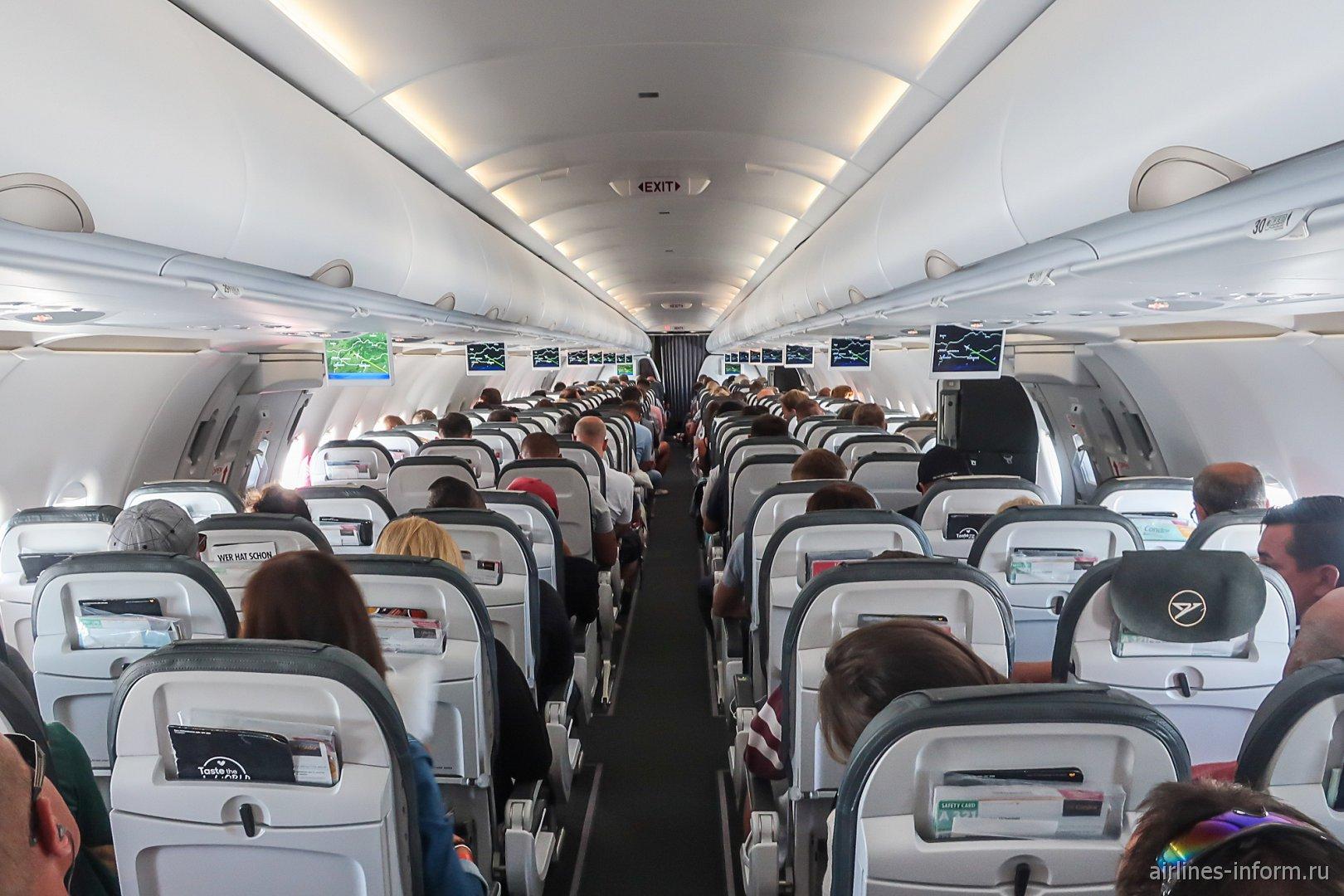 Пассажирский салон самолета Airbus A321 авиакомпании Condor