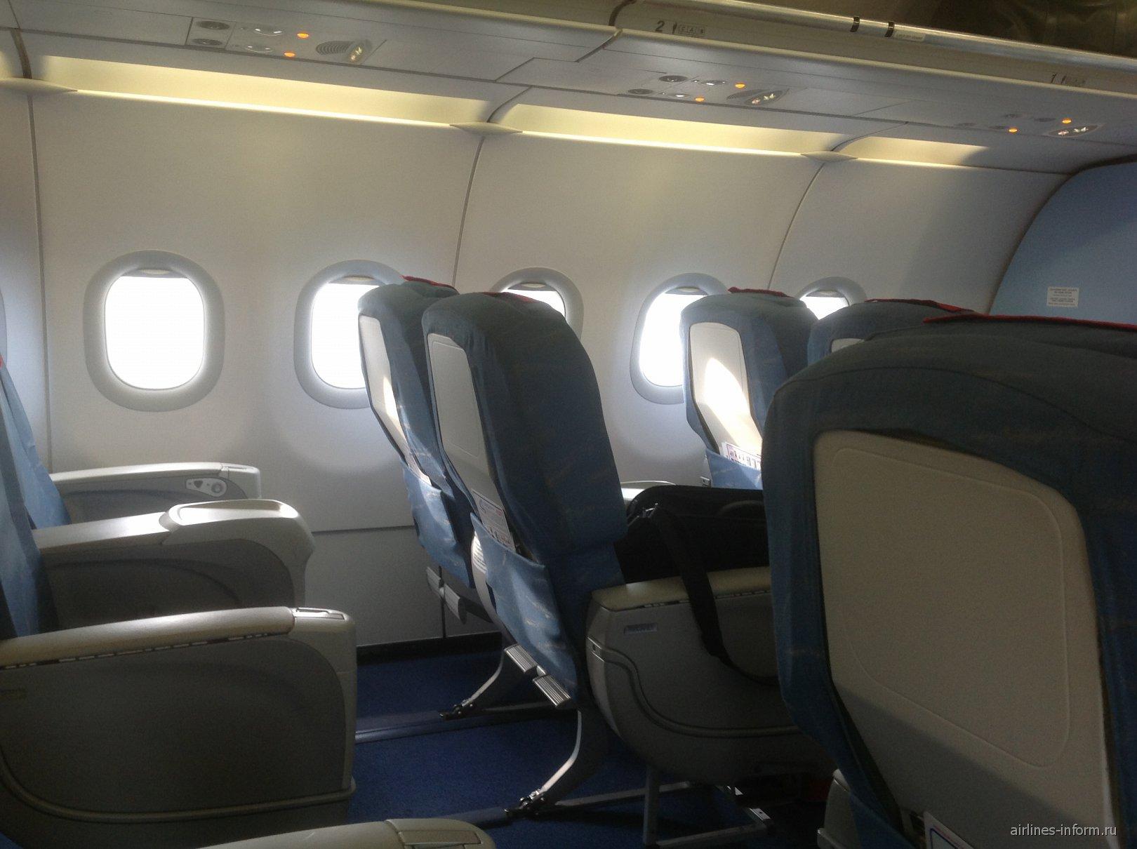 Салон бизнес-класса в самолета Airbus A320 Уральских авиалиний