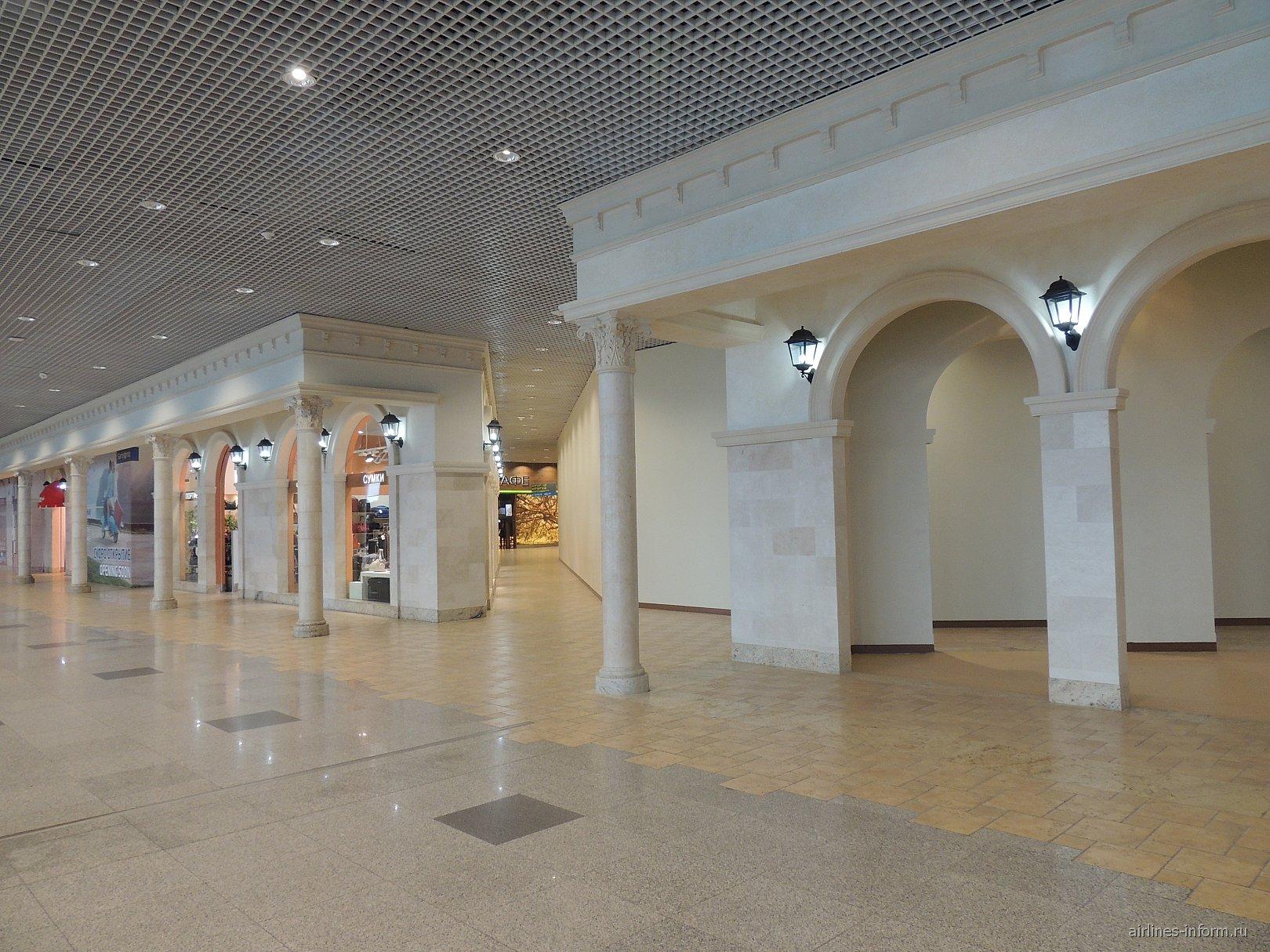 Зона кафе и магазинов на 2-м этаже терминала аэропорта Домодедово