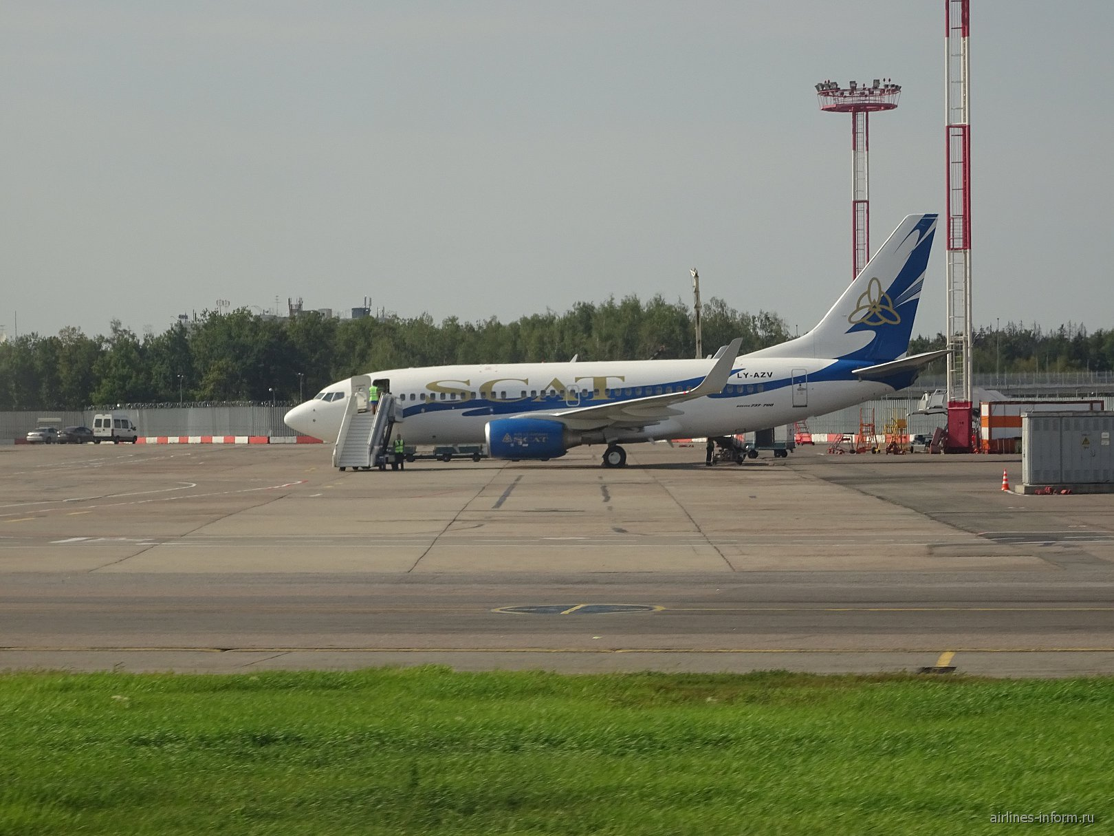 Боинг-737-700 LY-AZV авиакомпании SCAT в аэропорту Домодедово