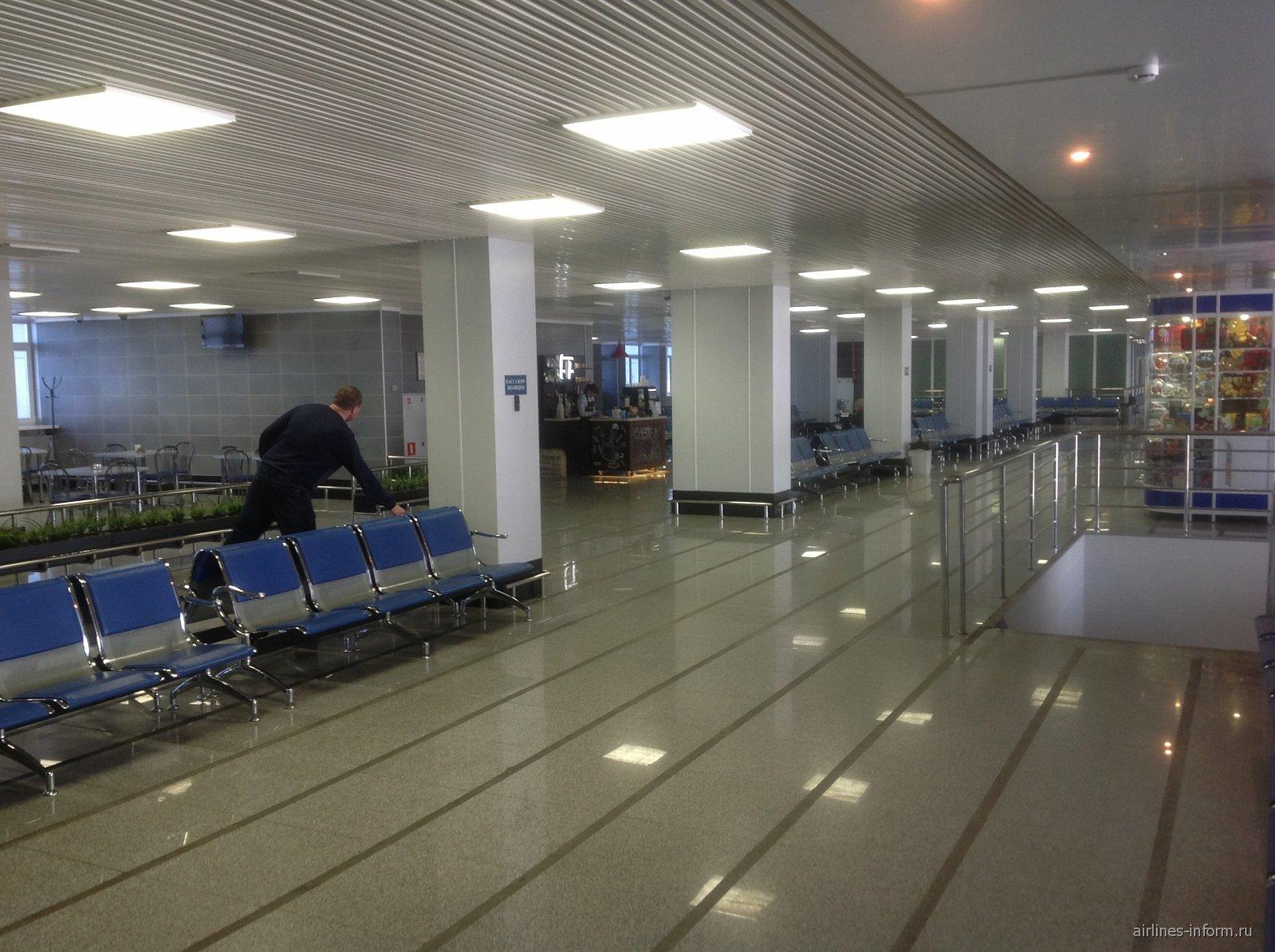 Зал ожидание на втором этаже аэровокзала аэропорта Благовещенск Игнатьево