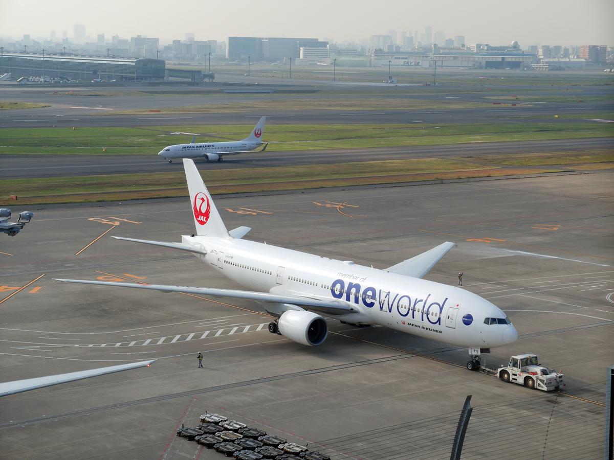 "Боинг-777-200 Японских авиалиний в окраске альянса ""Oneworld"" в аэропорту Токио Ханеда"