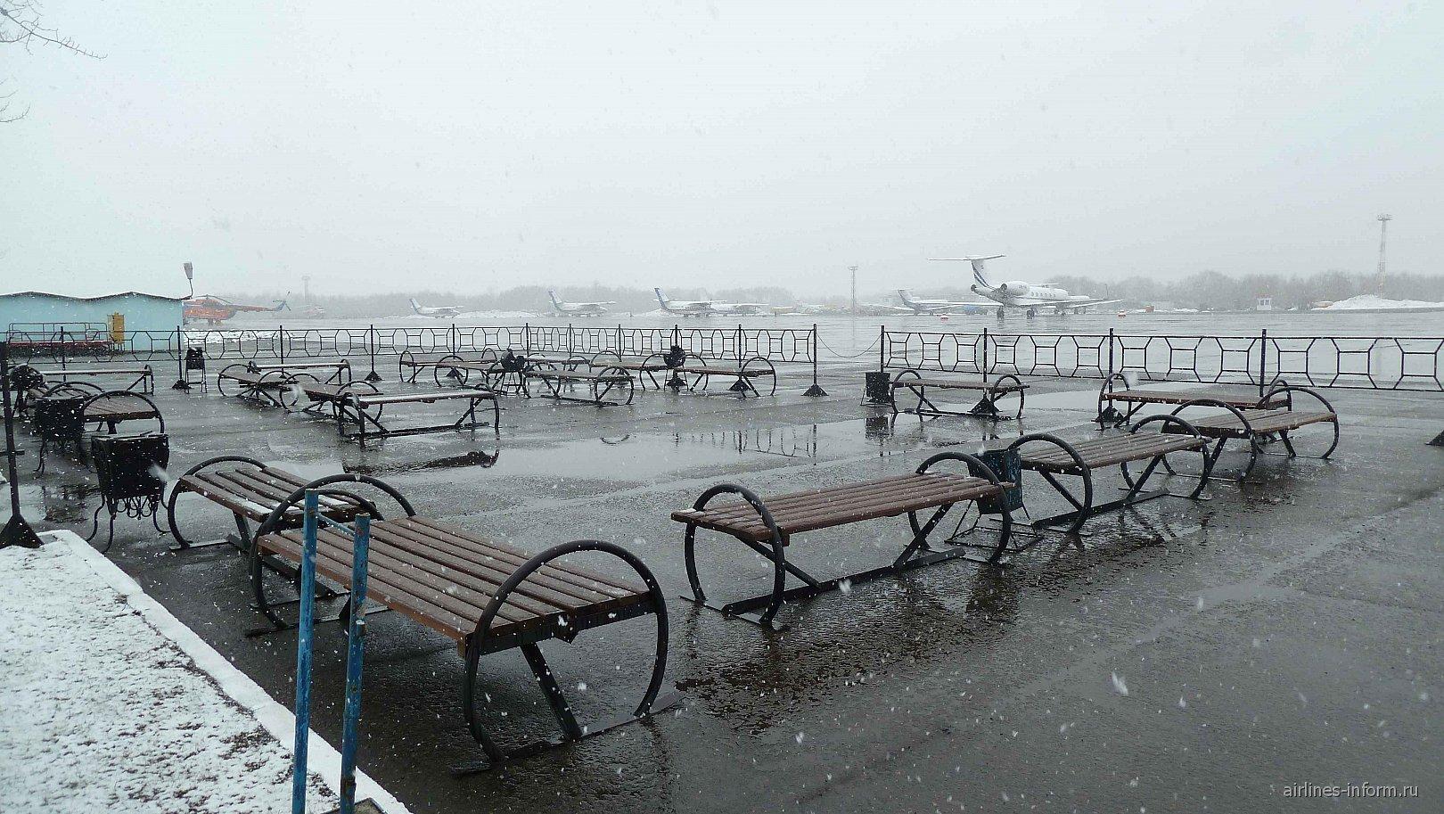Уличная площадка для пассажиров в аэропорту Елизово Петропавловска-Камчатского