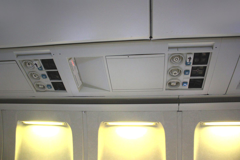 Панель над пассажирским креслом в самолете Боинг-737-200