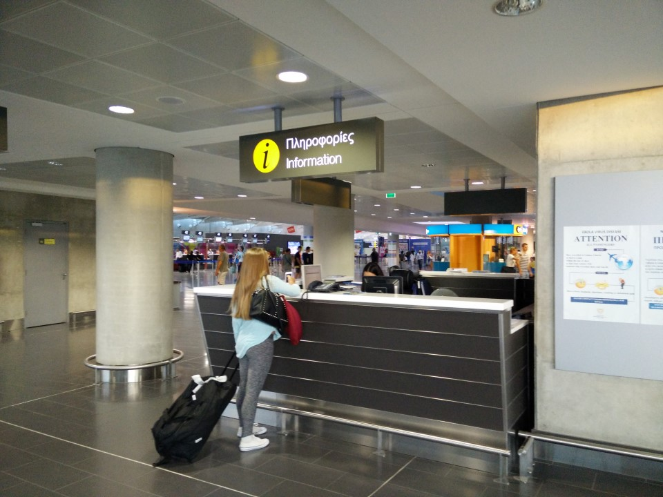 Информационная стойка в аэропорту Ларнака