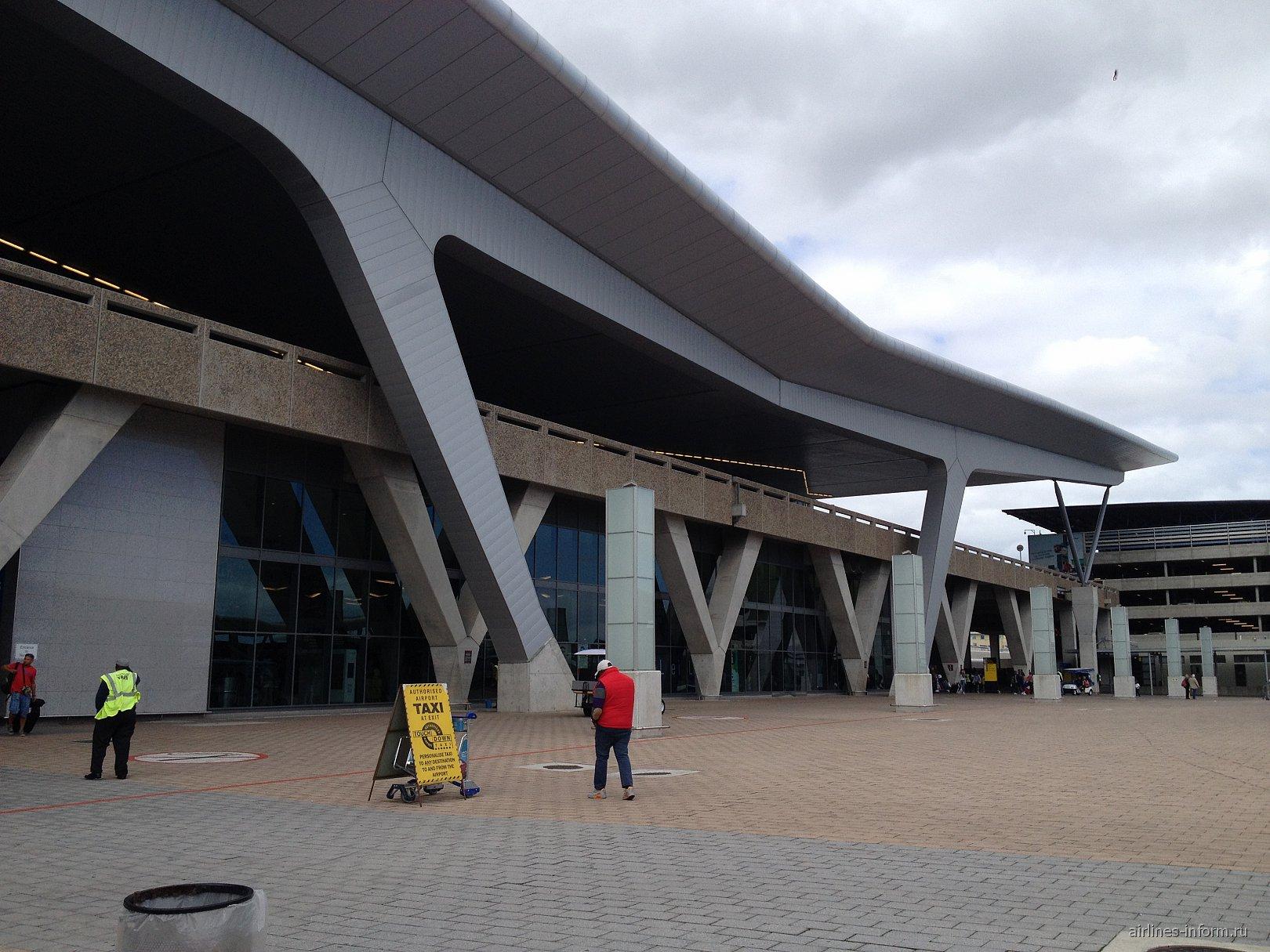 Пассажирский терминал аэропорта Кейптаун со стороны привокзальной плошади