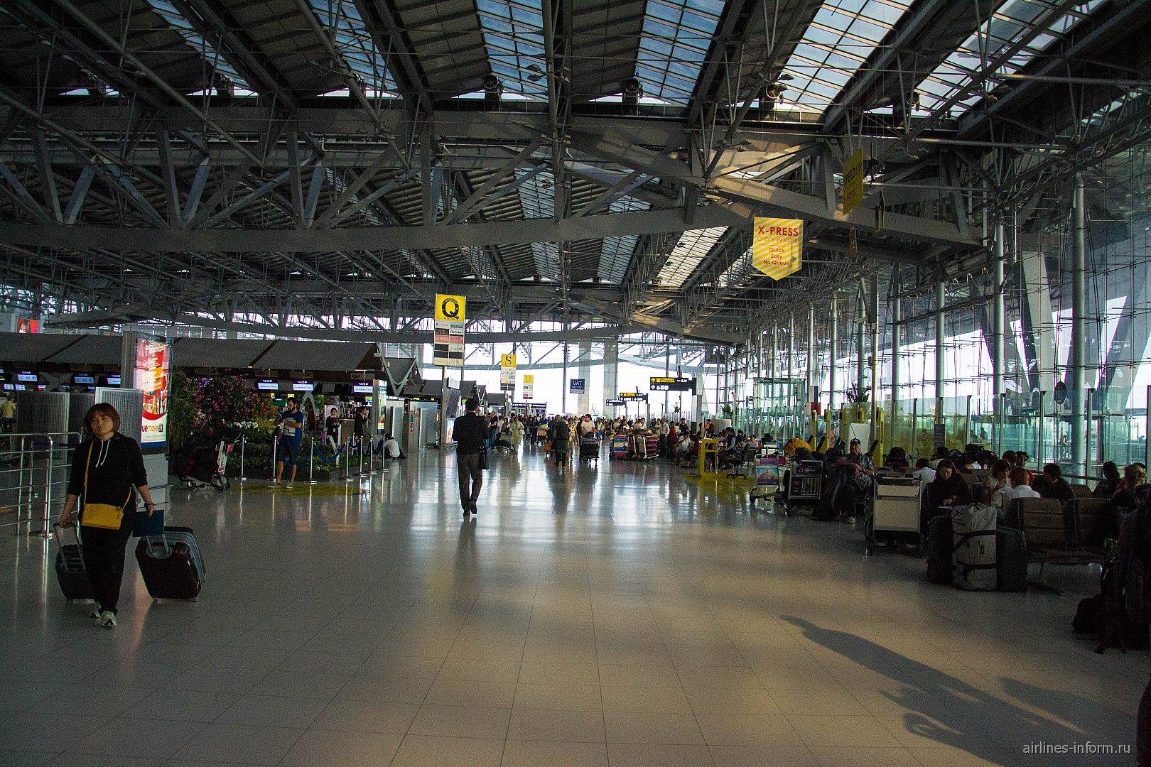 Зал регистрации пассажиров в аэропорту Бангкок Суварнабхуми
