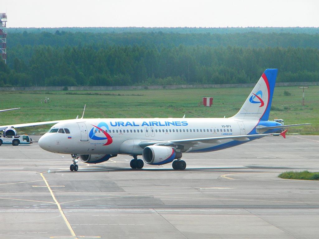 Airbus A320 VQ-BFV Уральских авиалиний в аэропорту Домодедово