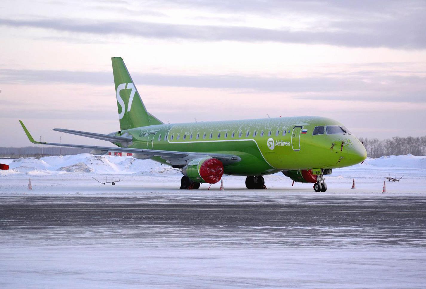 Самолет Embraer 170 авиакомпании S7 Airlines в аэропорту Толмачево