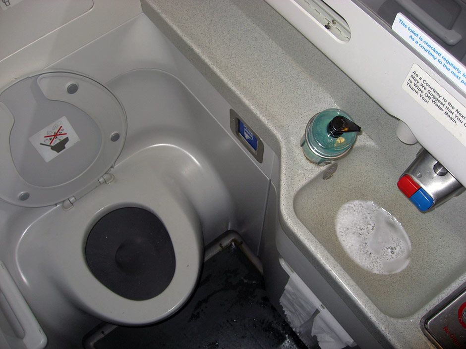 Туалет самолета Боинг-737-800 авиакомпании KLM