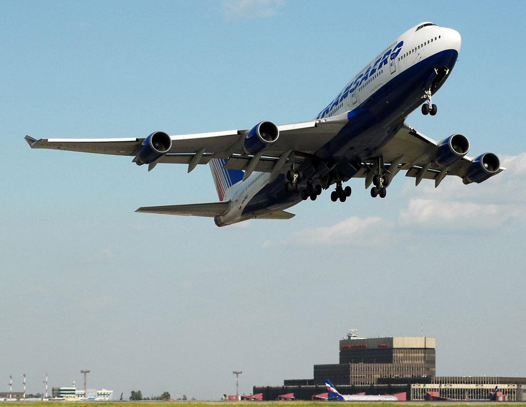 Взлет самолета Боинг-747-400 авиакомпании Трансаэро