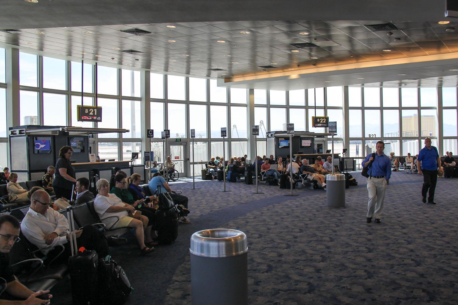 Выходы на посадку в конкорсе B терминала 1 аэропорта Лас-Вегас Мак-Каран