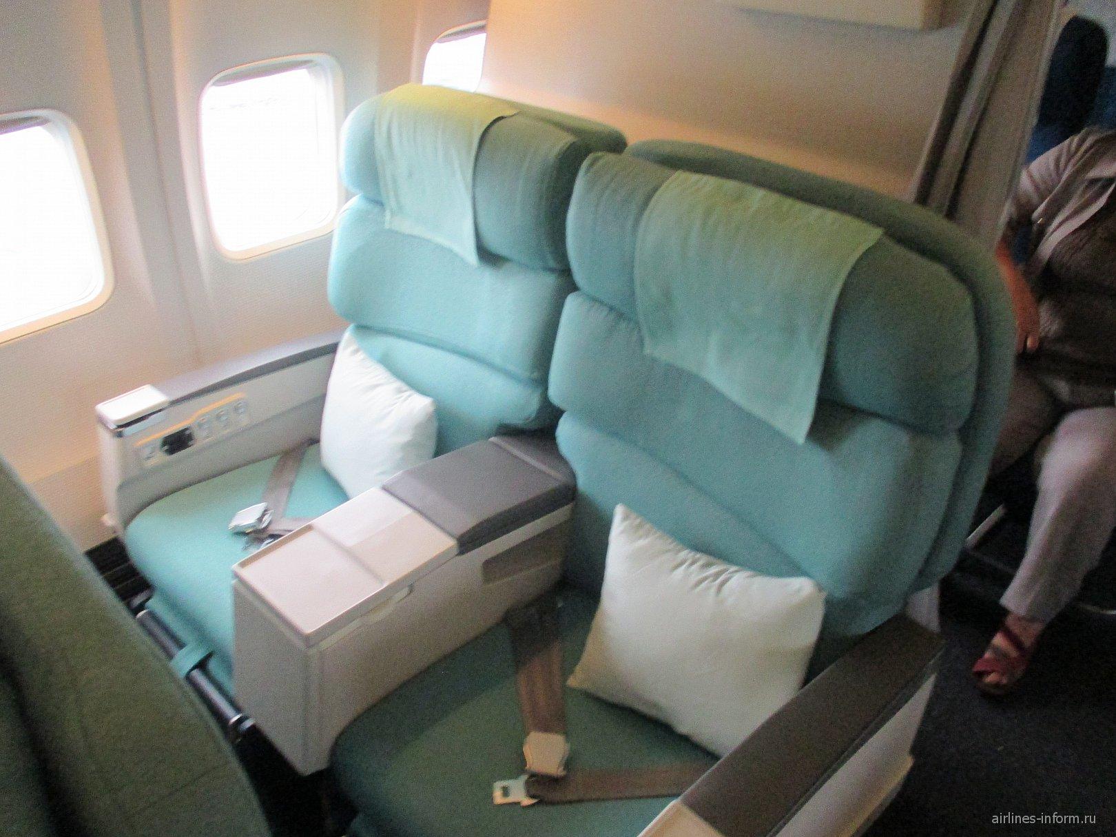 Кресла бизнес-класса в самолете Боинг-737-900 авиакомпании Korean Air