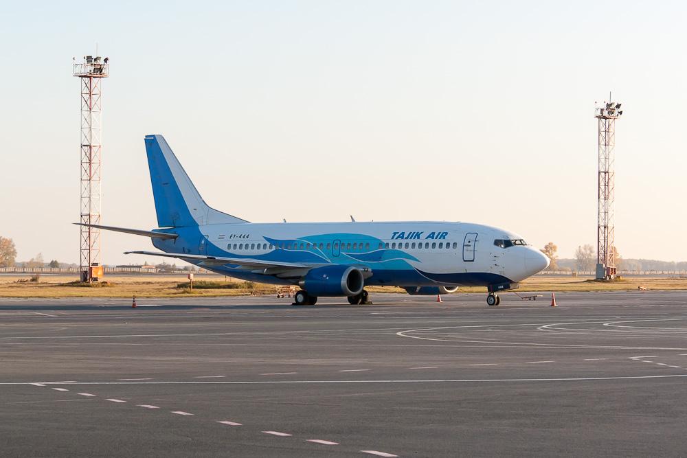 Самолет Boeing 737-300 EY-444 авиакомпании Tajik Air в аэропорту Толмачево