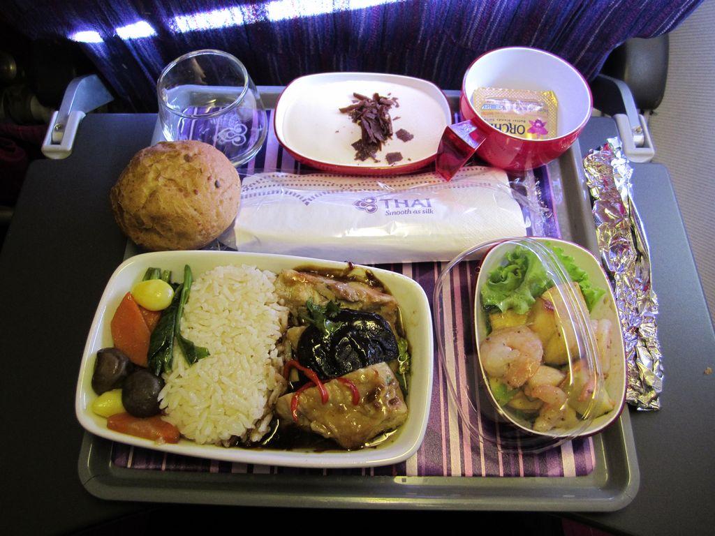 Питание на рейсе Бангкок-Сингапур Тайских авиалиний