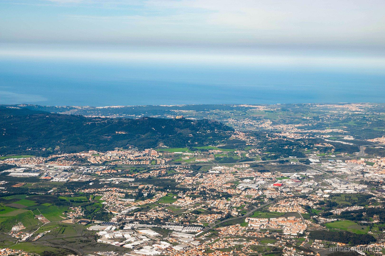 Вид из самолета на город Синтра
