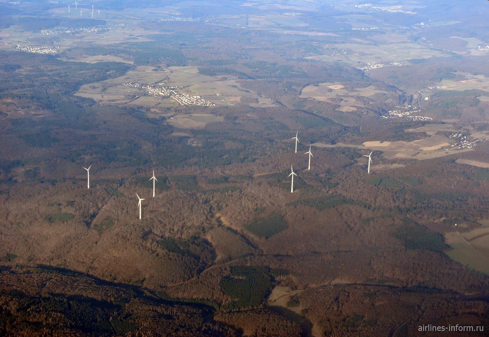 Ветряки около деревни Домбах в Германии