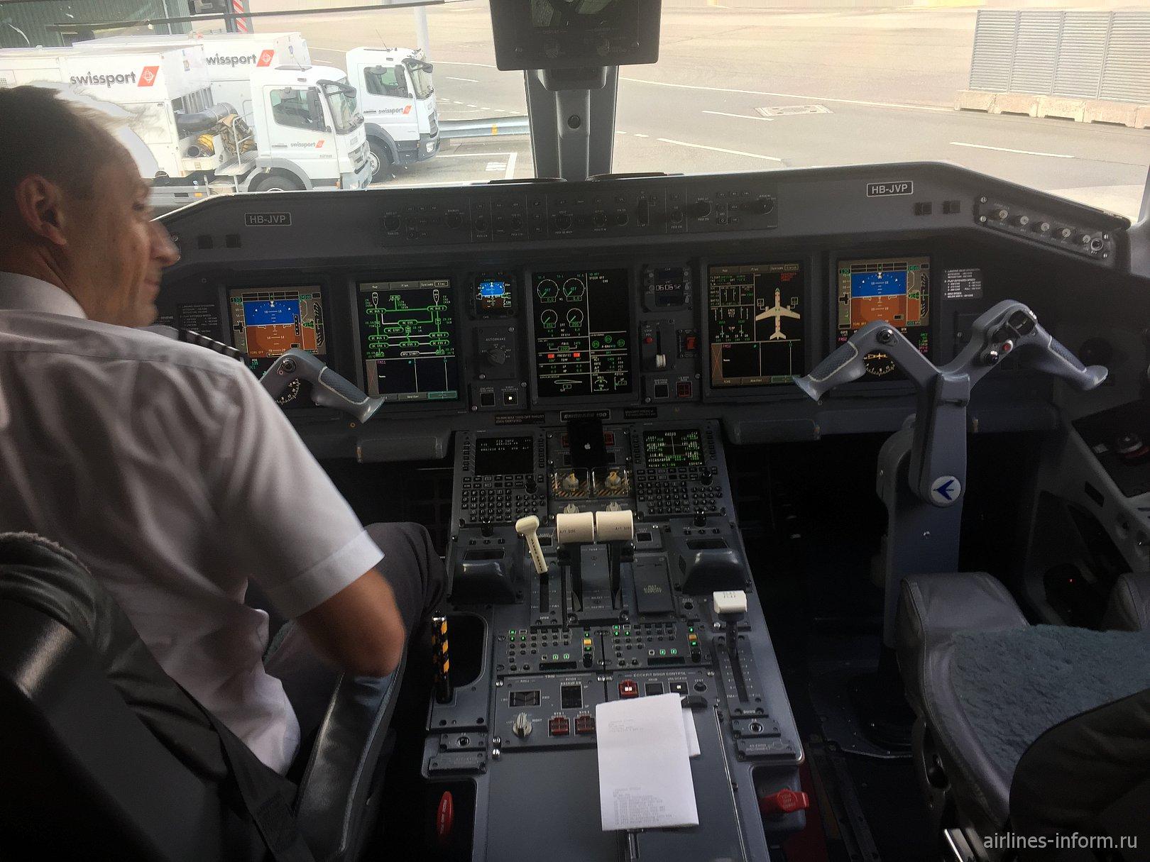 Пилотская кабина самолета Embraer 190 HB-JVP авиакомпании Helvetic Airways