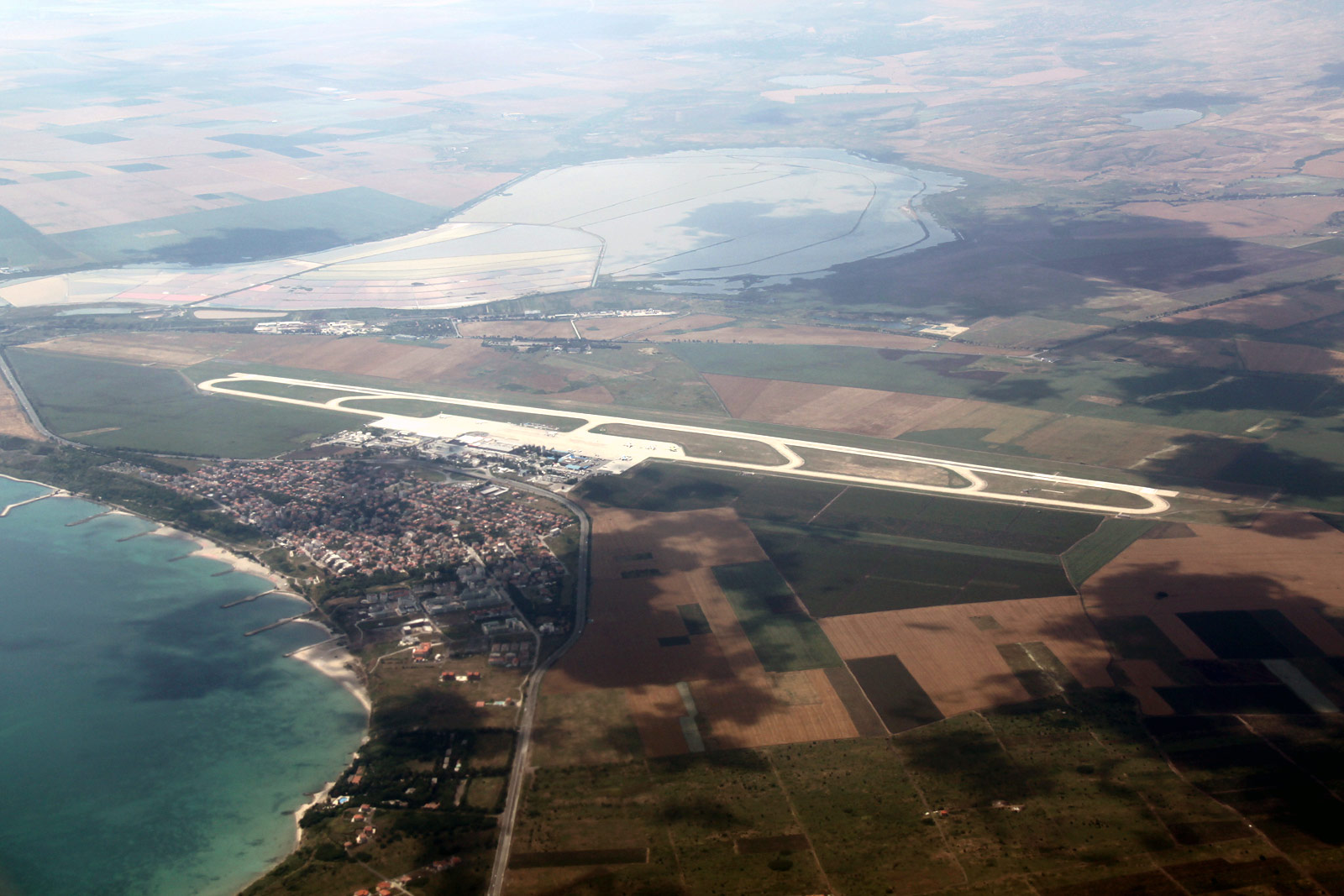 Аэропорт Бургас и поселок Сарафово в Болгарии