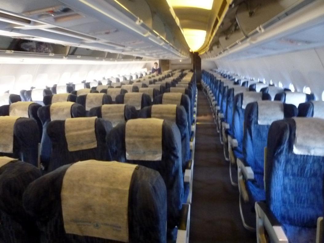 Салон экономического класса в самолете Airbus A310 Узбекских авиалиний