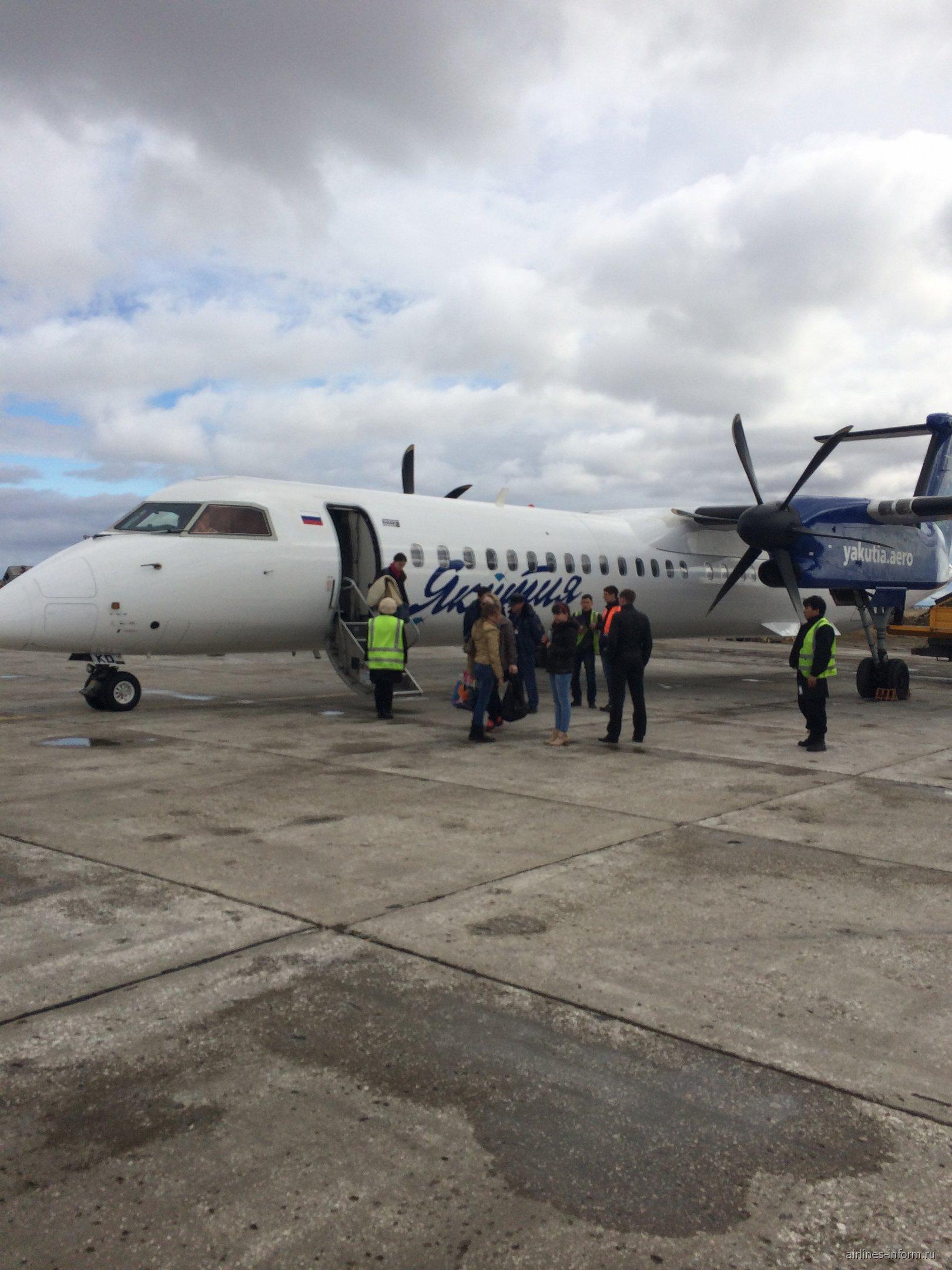 Bombardier Dash 8Q-400 в аэропорту Якутска