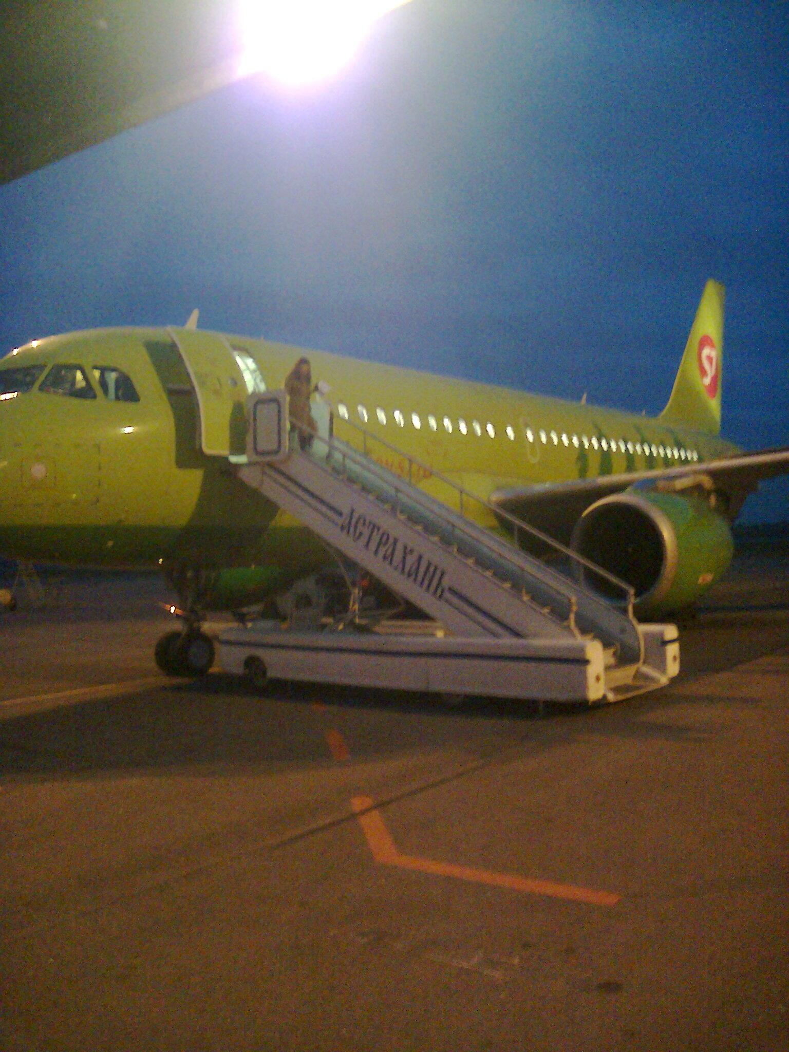 Самолет Airbus A319 S7 Airlines в аэропорту Астрахань