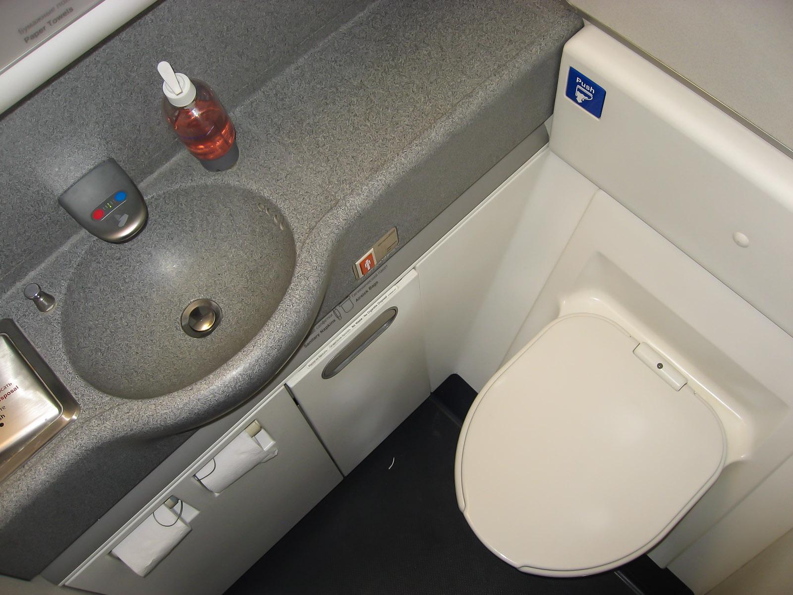 Туалет в самолете Боинг-777-300 Аэрофлота