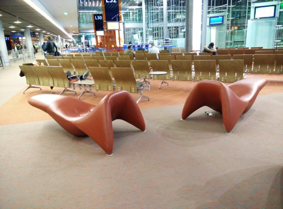 Зал ожидания в чистой зоне аэропорта Париж Шарль-де-Голль