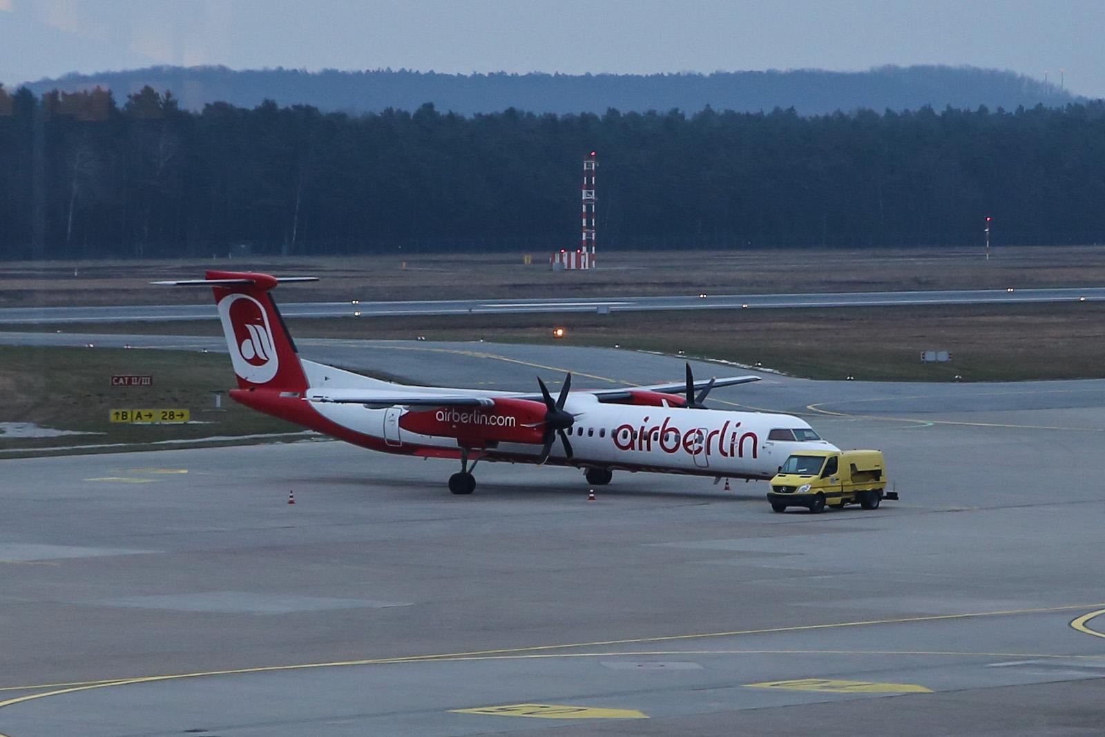 Самолет Bombardier Dash 8Q-400 авиакомпании LGW в аэропорту Нюрнберг