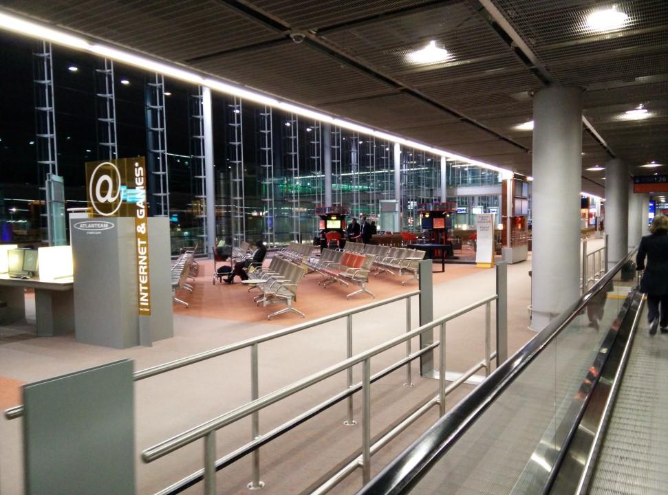 В чистой зоне аэропорта Париж Шарль-де-Голль