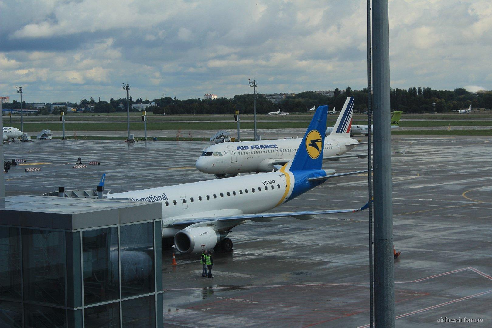 Самолет Embraer-190 Международных авиалиний Украины