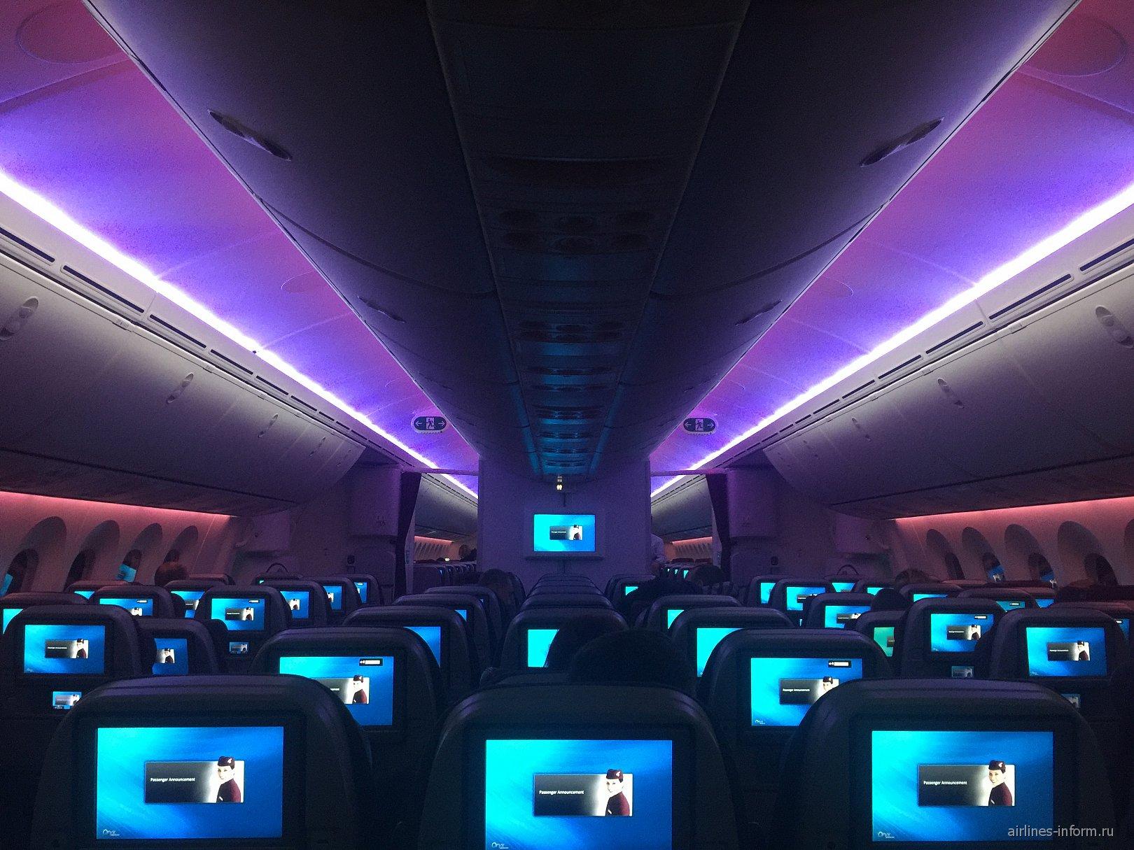 Вечерняя подсветка салона Боинга-787-8 Катарских авиалиний