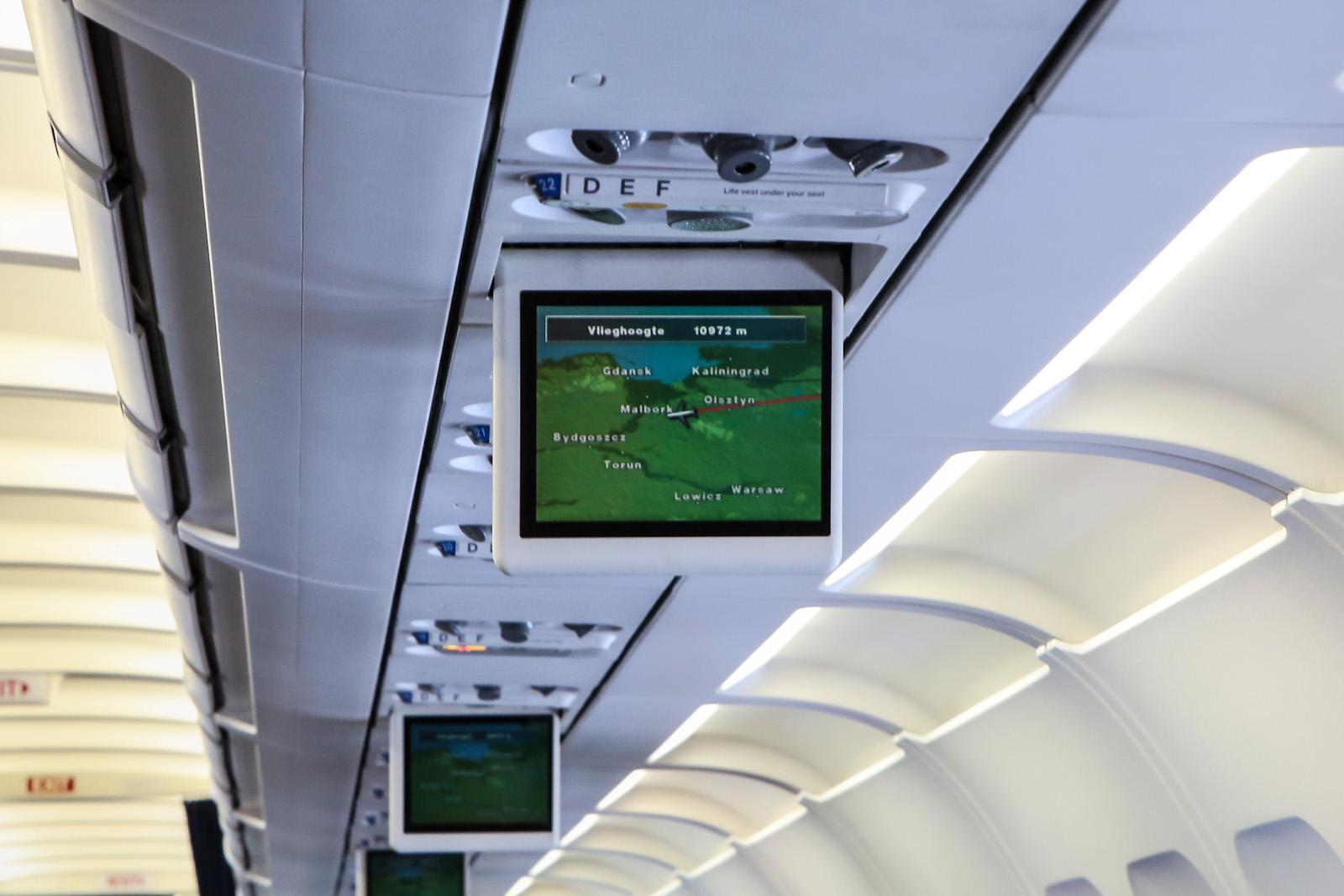 Подвесные мониторы в салоне самолета Airbus A320