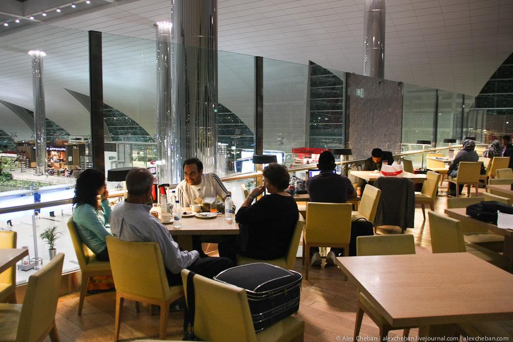 Бесплатное питание пассажирам Emirates в аэропорту Дубай
